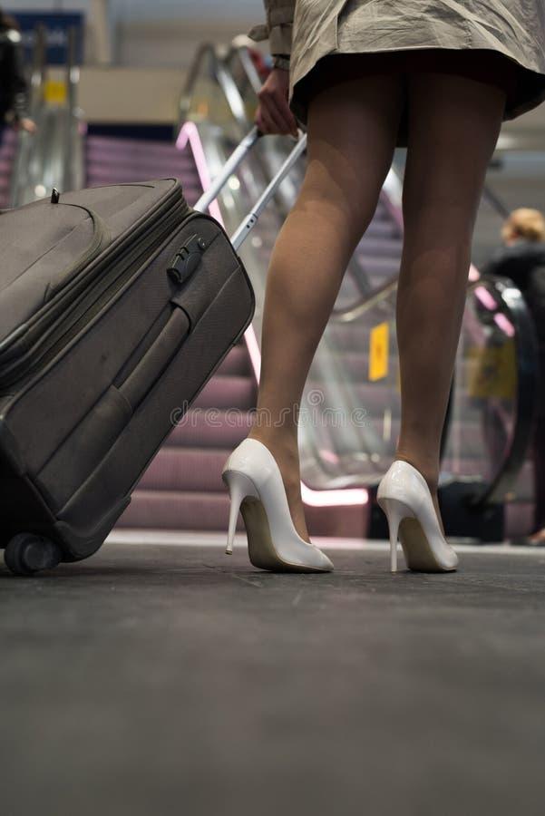 关闭高跟鞋和袋子 免版税库存图片