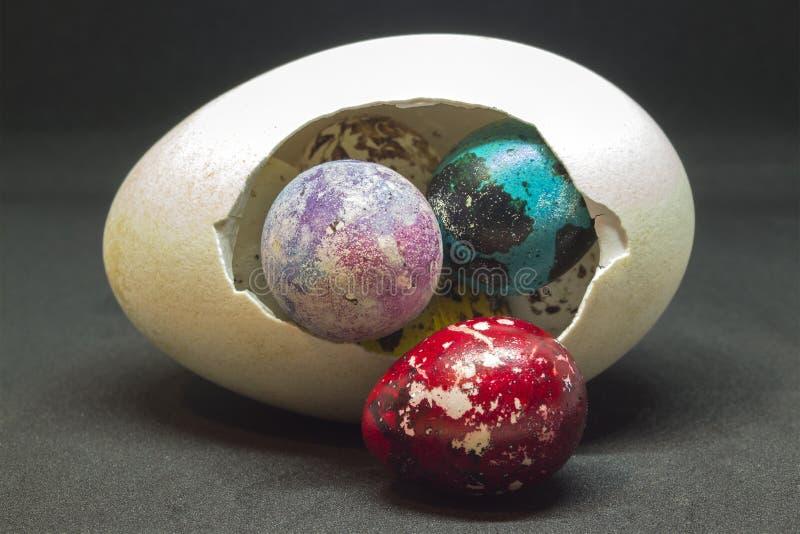 关闭鸭子全蛋和多彩多姿的鹌鹑蛋 一幅静物画复活节假日 免版税图库摄影