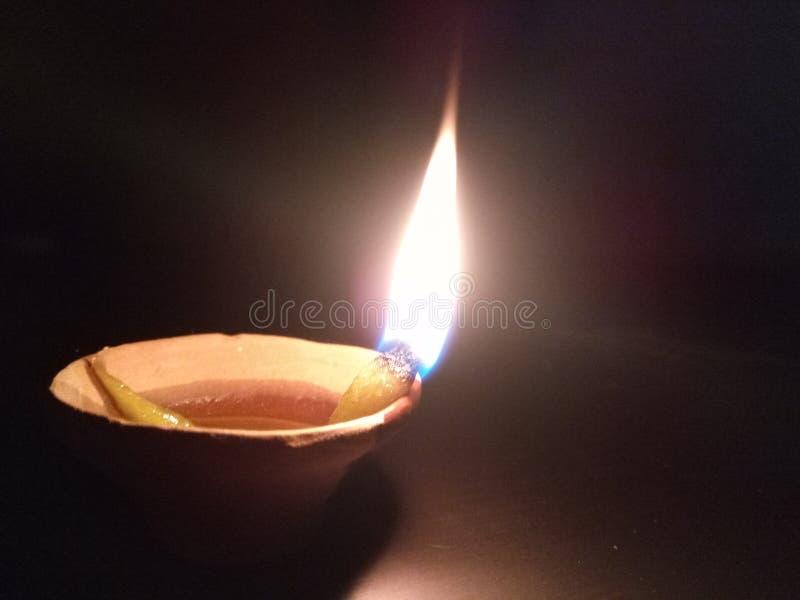 关闭黏土lamp& x28;diya& x29;有黑背景 库存照片
