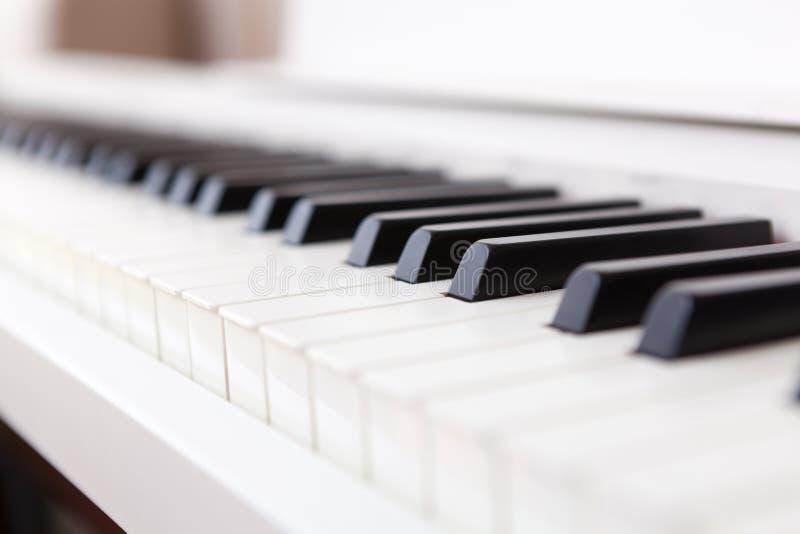 关闭黑白钢琴钥匙 免版税库存照片