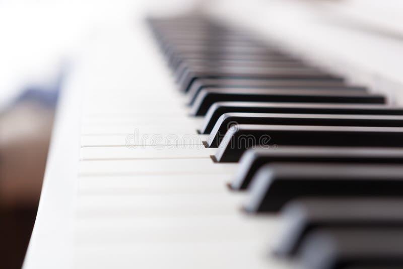 关闭黑白钢琴钥匙 库存照片