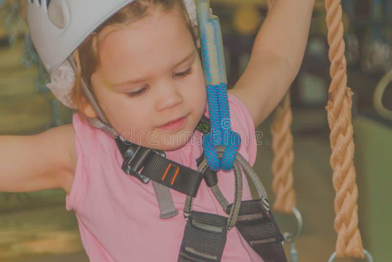 关闭,冒险公园在白色盔甲的孩子和 免版税库存照片