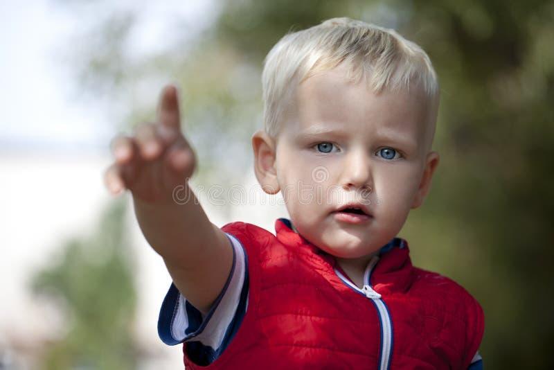关闭,白肤金发的男婴 库存图片