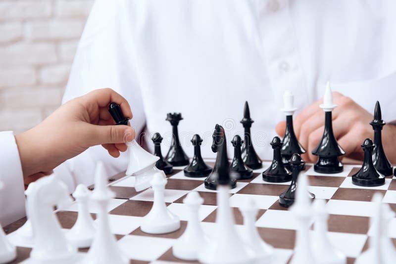 关闭 下象棋者走与女王/王后 免版税库存照片