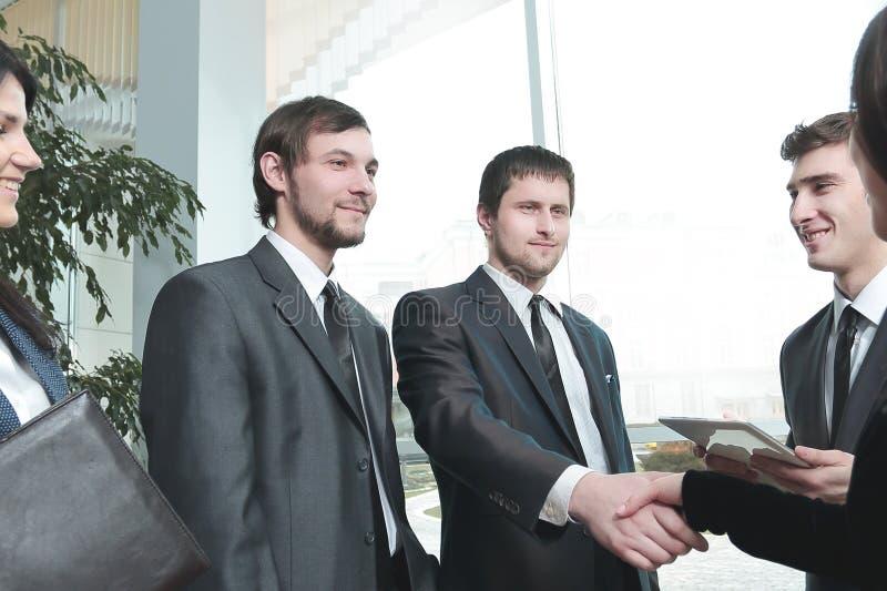 关闭 企业队和握手商务伙伴 免版税库存图片