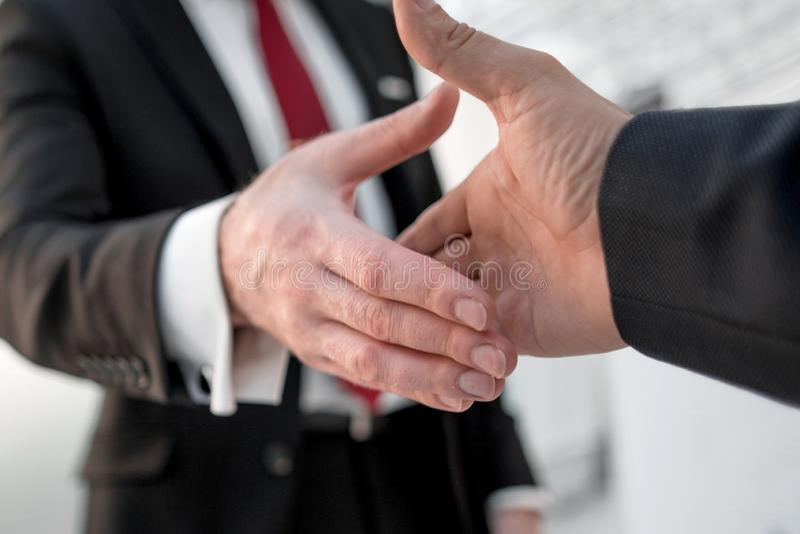关闭 伸他们的握手的商务伙伴手 图库摄影