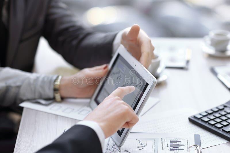 关闭 分析财政图的企业顾问在公司中表示进展 库存图片