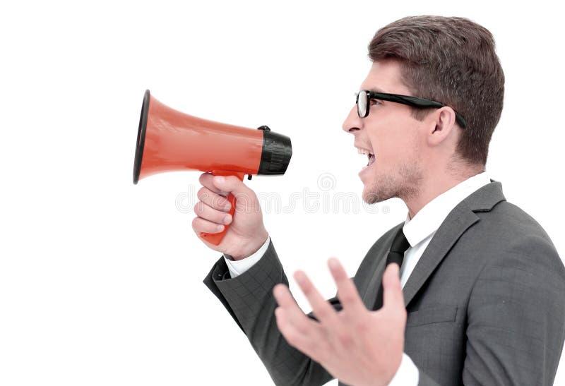关闭 呼喊入扩音机的恼怒的商人 免版税库存照片