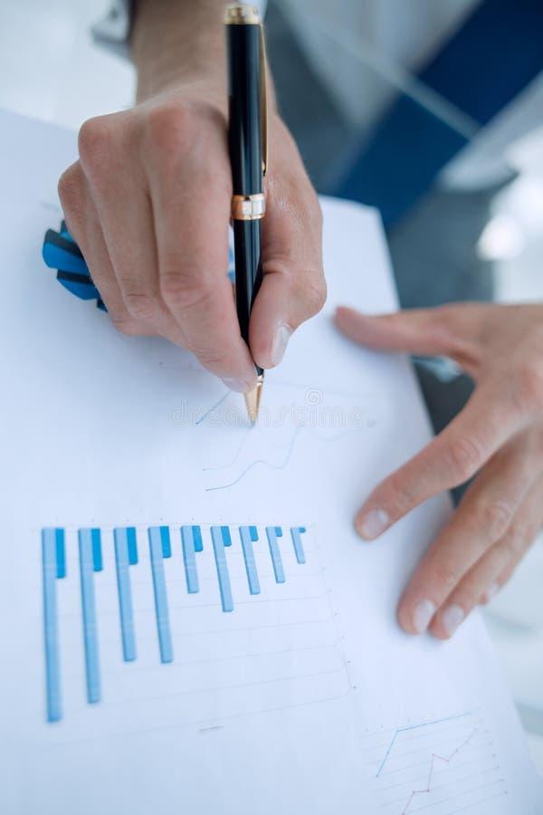 关闭 商人与财务数据一起使用 免版税图库摄影