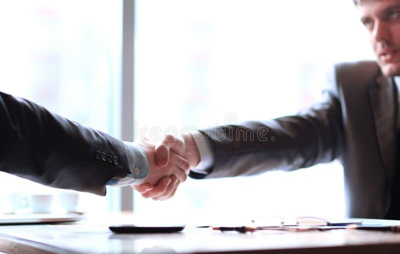 关闭 商务伙伴确信的握手桌面的 免版税图库摄影