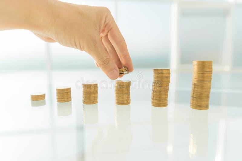 关闭 堆积在办公桌上的商人硬币 免版税库存照片