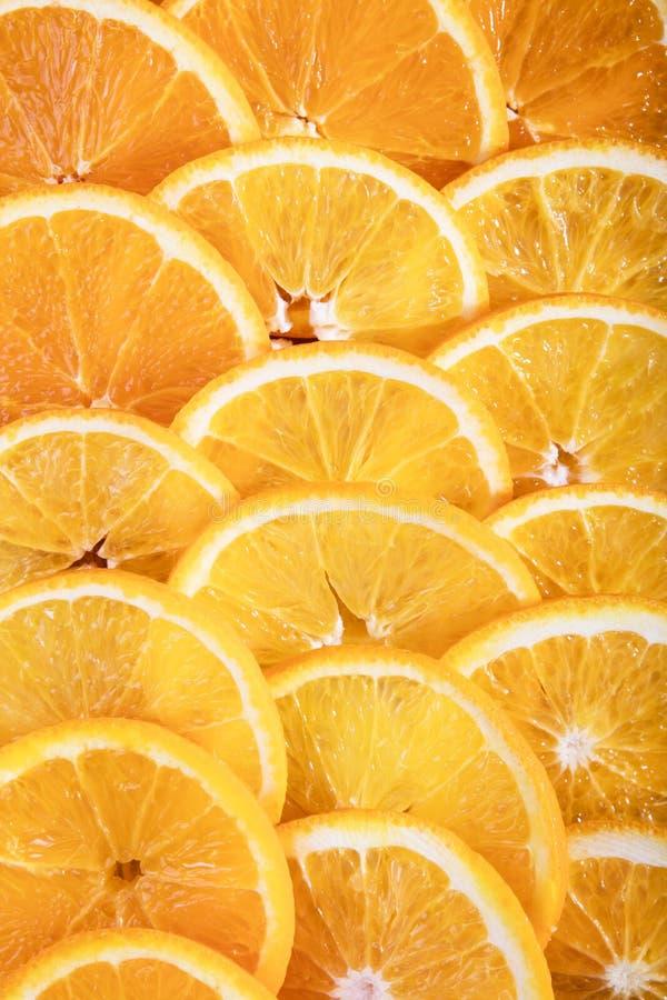 关闭水多的新橙色切片照片  库存照片