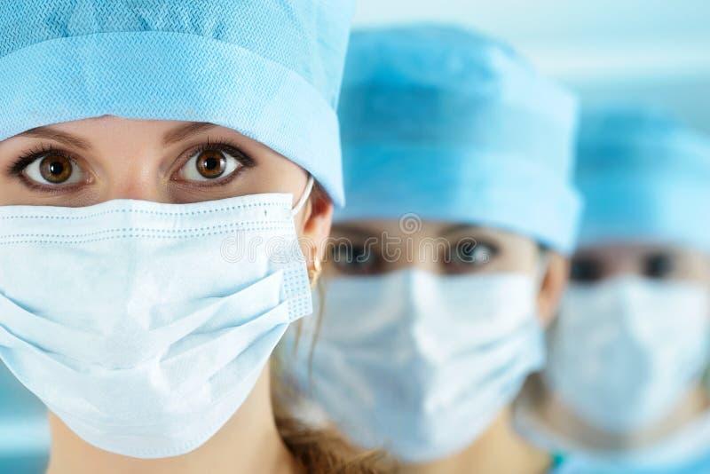 关闭年轻女性外科医生医生画象  免版税库存照片