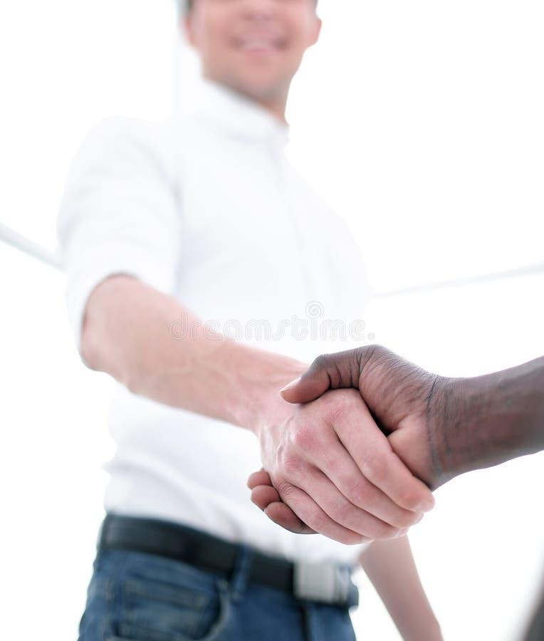 关闭 年轻商人与商务伙伴握手 免版税图库摄影