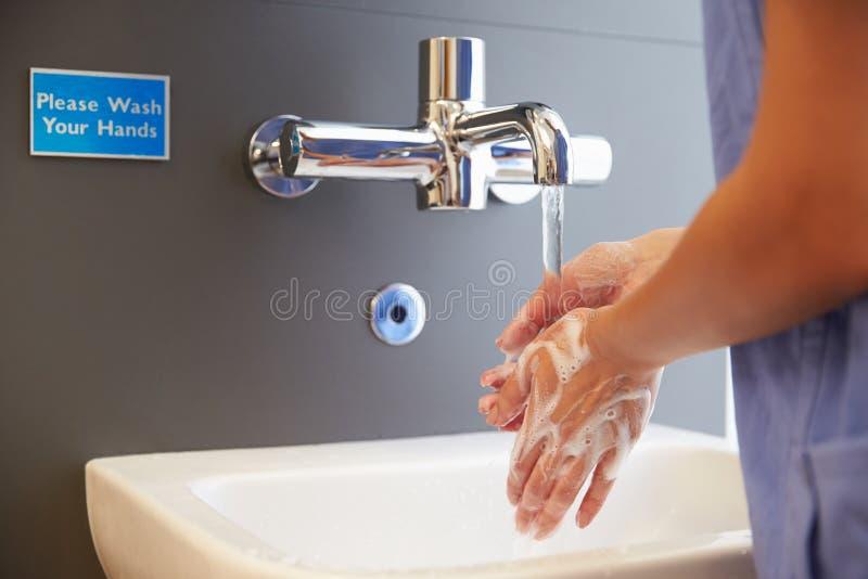 关闭医护人员洗涤的手 图库摄影