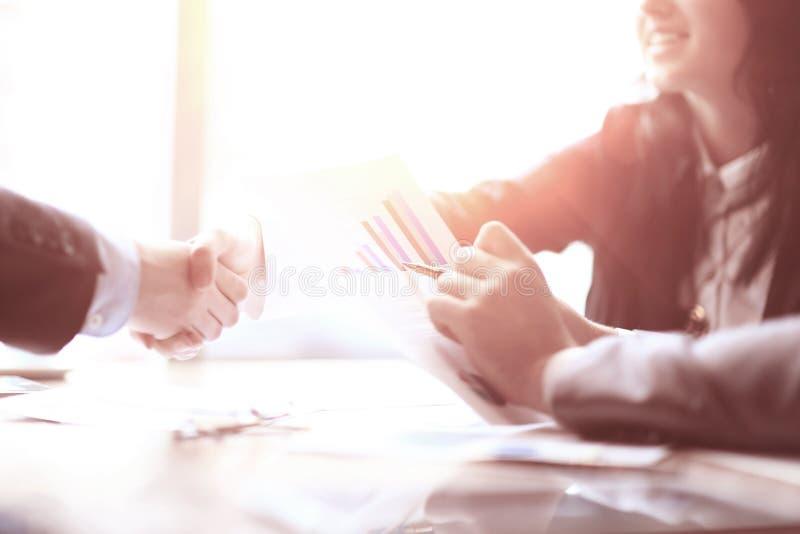 关闭 握手书桌的商务伙伴 库存图片