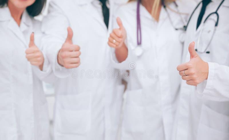 关闭 显示赞许的医护人员 与拷贝sp的照片 免版税库存照片