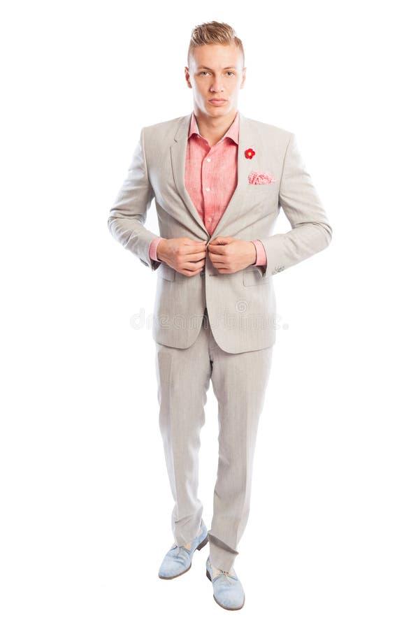 关闭他浅灰色的衣服的男性模型 免版税库存照片