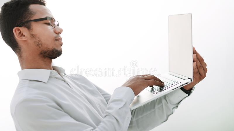 关闭 生意人膝上型计算机工作 库存照片