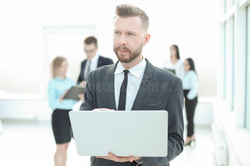 关闭 看膝上型计算机屏幕的严肃的商人 免版税库存图片