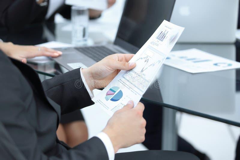 关闭 看财政日程表的商人 免版税图库摄影