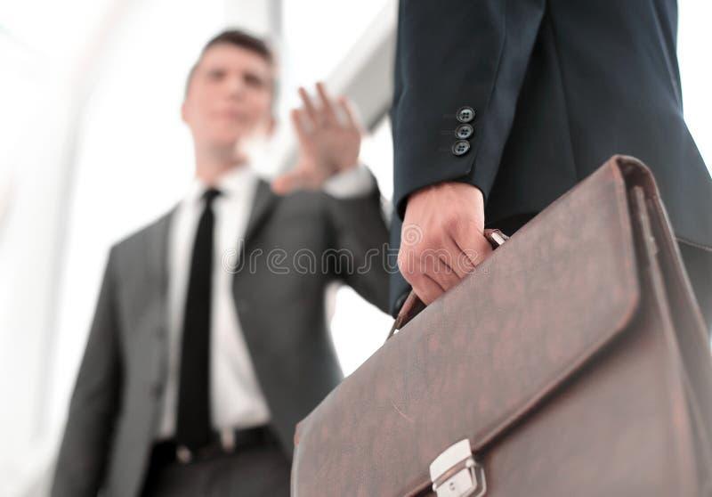 关闭 站立在办公室窗口附近的商务伙伴 免版税库存照片