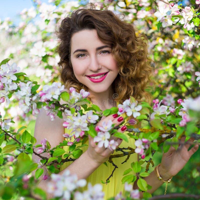 关闭年轻美丽的妇女画象在夏天庭院里 免版税库存照片