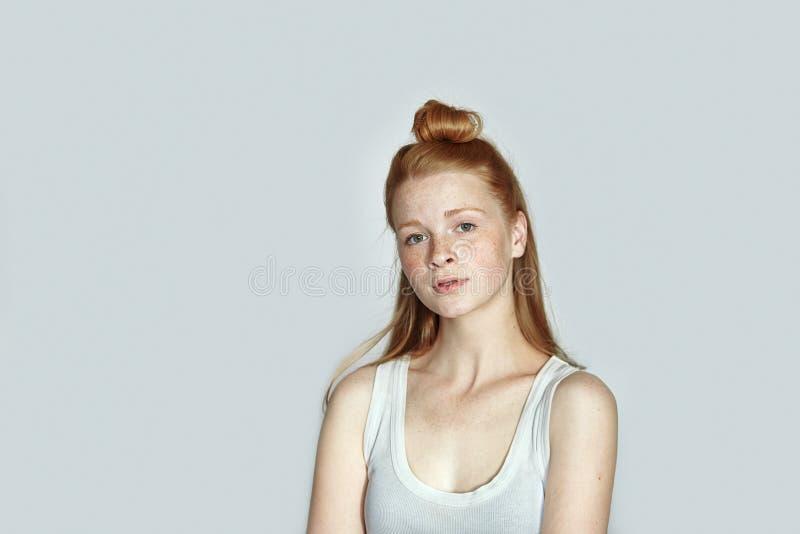 关闭年轻美丽的红头发人初学者模型妇女画象白色T恤杉实践的摆在的显示在白色wal的情感 图库摄影