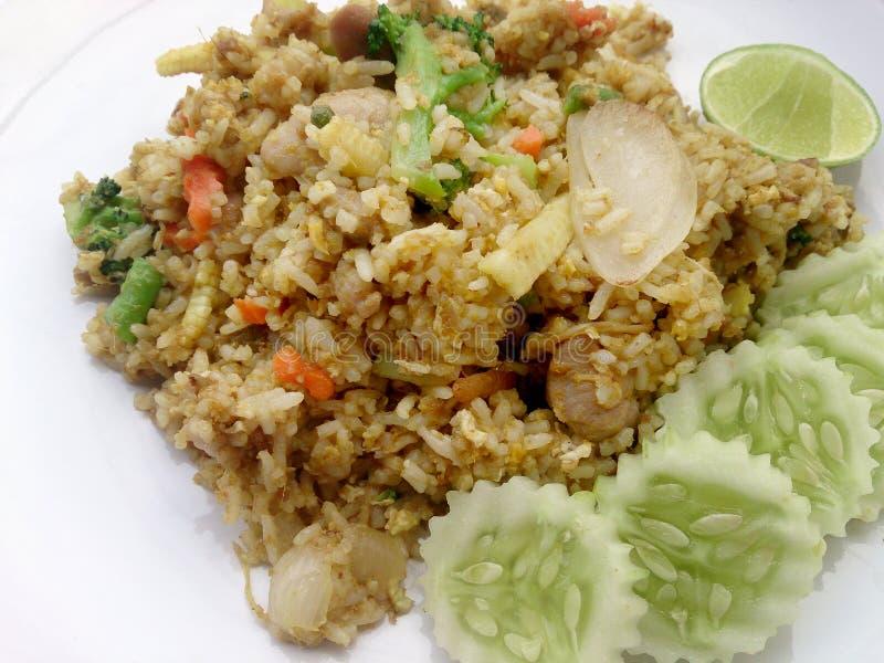 关闭绿色在盘,可口炒饭的咖喱炒饭用鸡绿色咖喱,泰国食物 库存照片