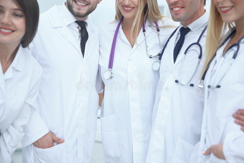 关闭 诊所的医护人员与一个小组的医生和助理 库存照片