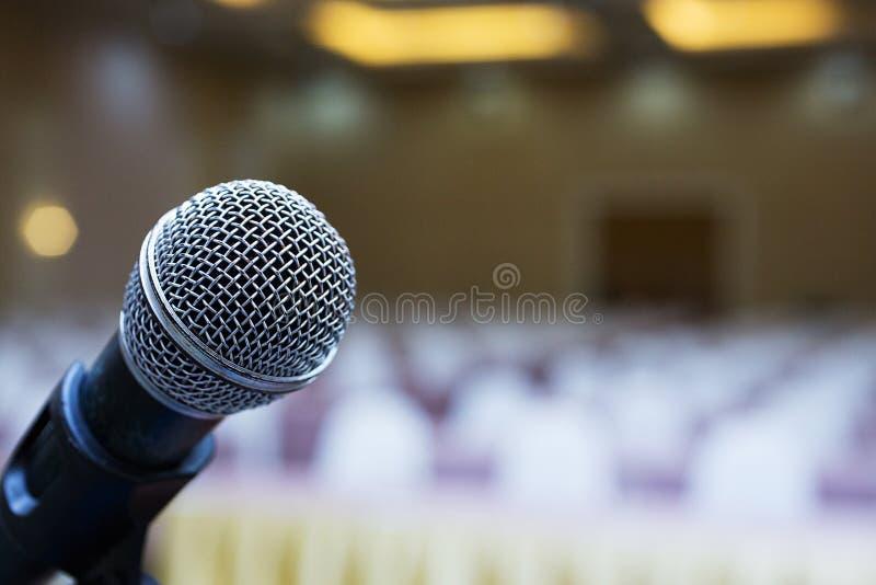 关闭 话筒在会场里 企业生意人cmputer服务台膝上型计算机会议微笑的联系与使用妇女 话筒训练 免版税图库摄影