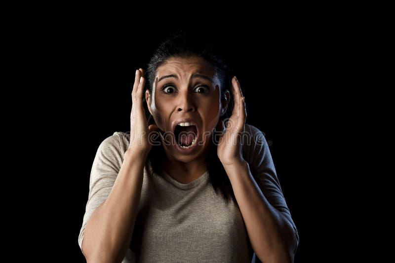 关闭画象年轻可爱的拉丁妇女叫喊绝望尖叫在最初恐惧情感 免版税图库摄影
