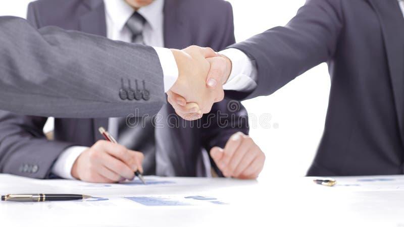 关闭 财政伙伴握手在签合同以后的 库存照片