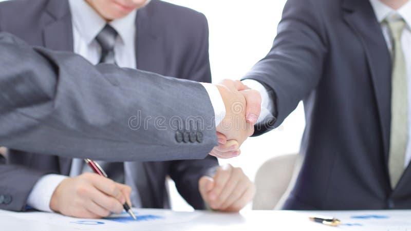 关闭 财政伙伴震动移交书桌 免版税图库摄影