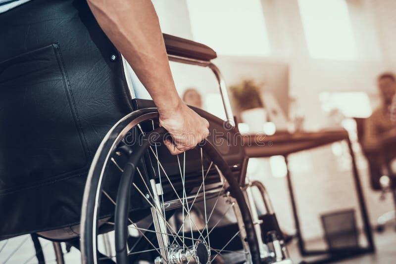 关闭 轮椅的残疾人在办公室 免版税图库摄影