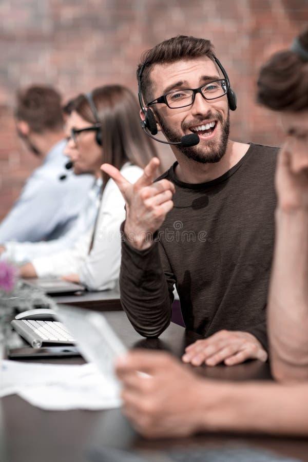 关闭 雇员电话中心在工作场所 图库摄影