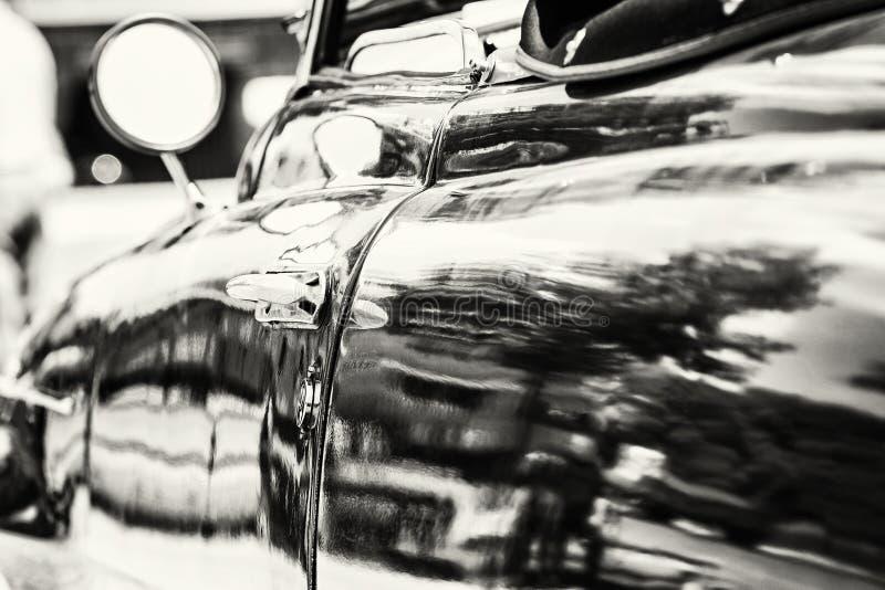 关闭经验丰富的汽车照片有后视镜和把柄的, 免版税图库摄影