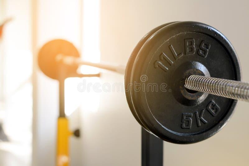医疗保健概念 关闭5 Kg侧视图  在机架的杠铃在健身健身房 重量训练器材 库存图片
