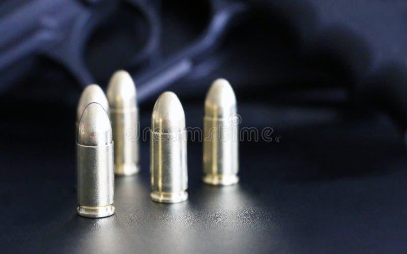 关闭9 mm在背景的金黄手枪子弹弹药 特种部队单位 库存照片