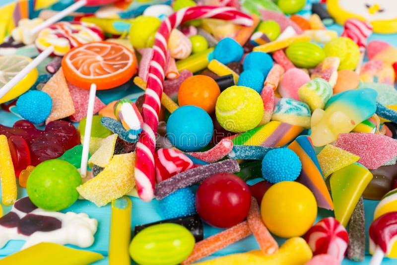关闭cattered嚼的甜点和果冻糖果 库存照片
