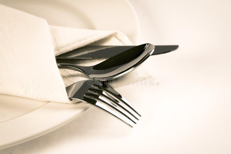关闭dinning的银器叉子、匙子和刀子有盘的  库存照片