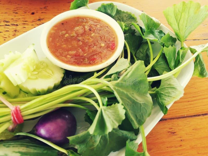 关闭Nam Prik Kra Pi、浸洗泰国的调味汁和新鲜蔬菜的图片 免版税图库摄影