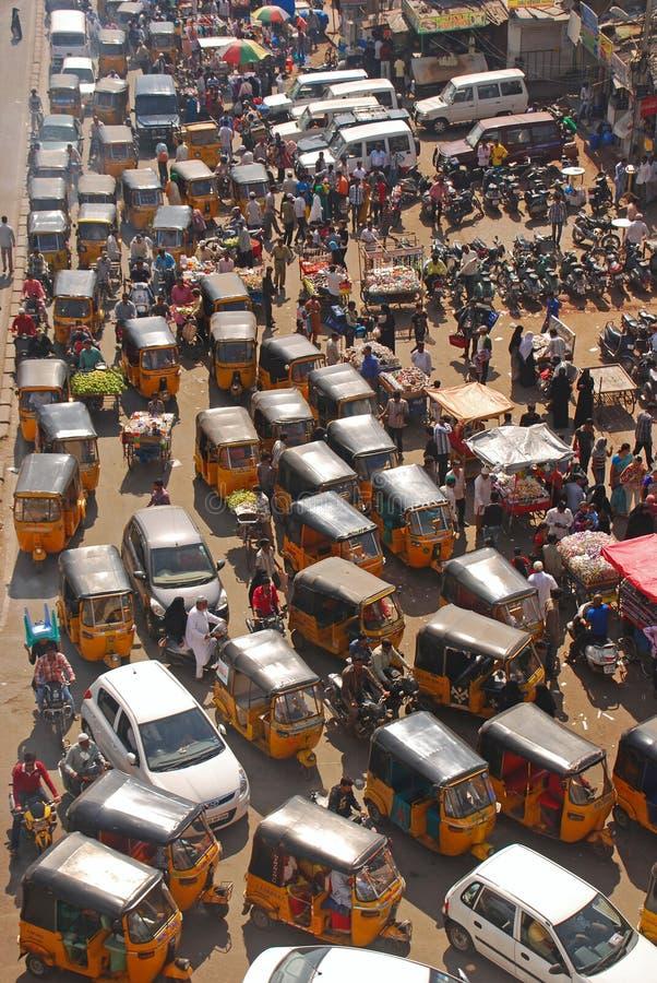 关闭Overcrowded路看法有公共交通工具的 库存图片