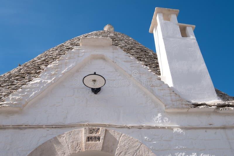 关闭Parrocchia桑特'安东尼奥前面  在传统trulli样式建造的教会在阿尔贝罗贝洛意大利镇  图库摄影