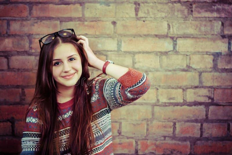 关闭smilling一个美丽的逗人喜爱的青少年的女孩的画象 库存照片