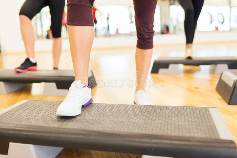 关闭steping在步平台的妇女腿 库存图片