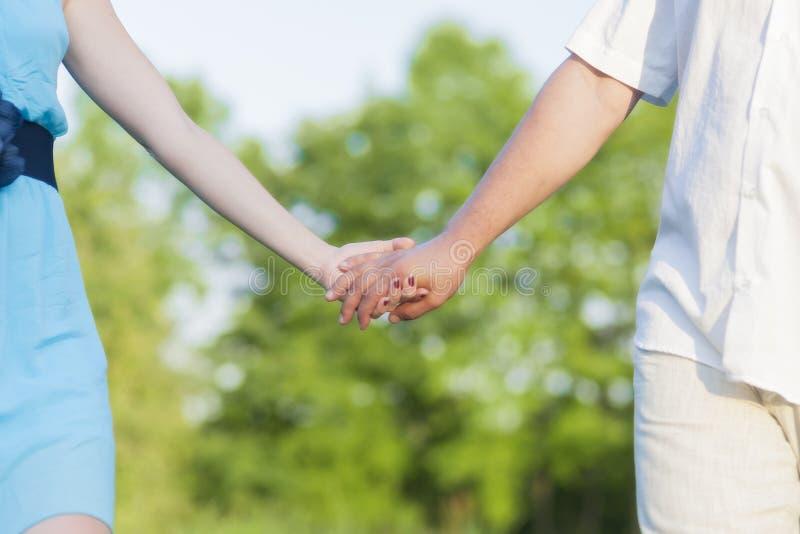 关系概念 白种人成熟夫妇的手特写镜头一起走户外夏令时的 免版税图库摄影