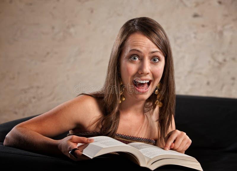 兴奋妇女读取 免版税库存照片