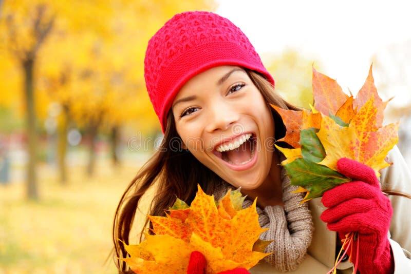 兴奋愉快的秋天妇女 库存图片