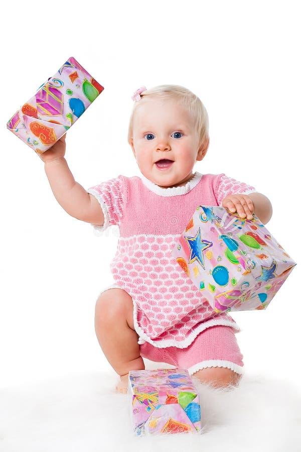 兴奋礼品女孩愉快的婴儿白色 免版税库存图片